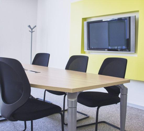 Vue-d'une-salle-de-réunion-jaune-chez-DV-CONSTRUCTION