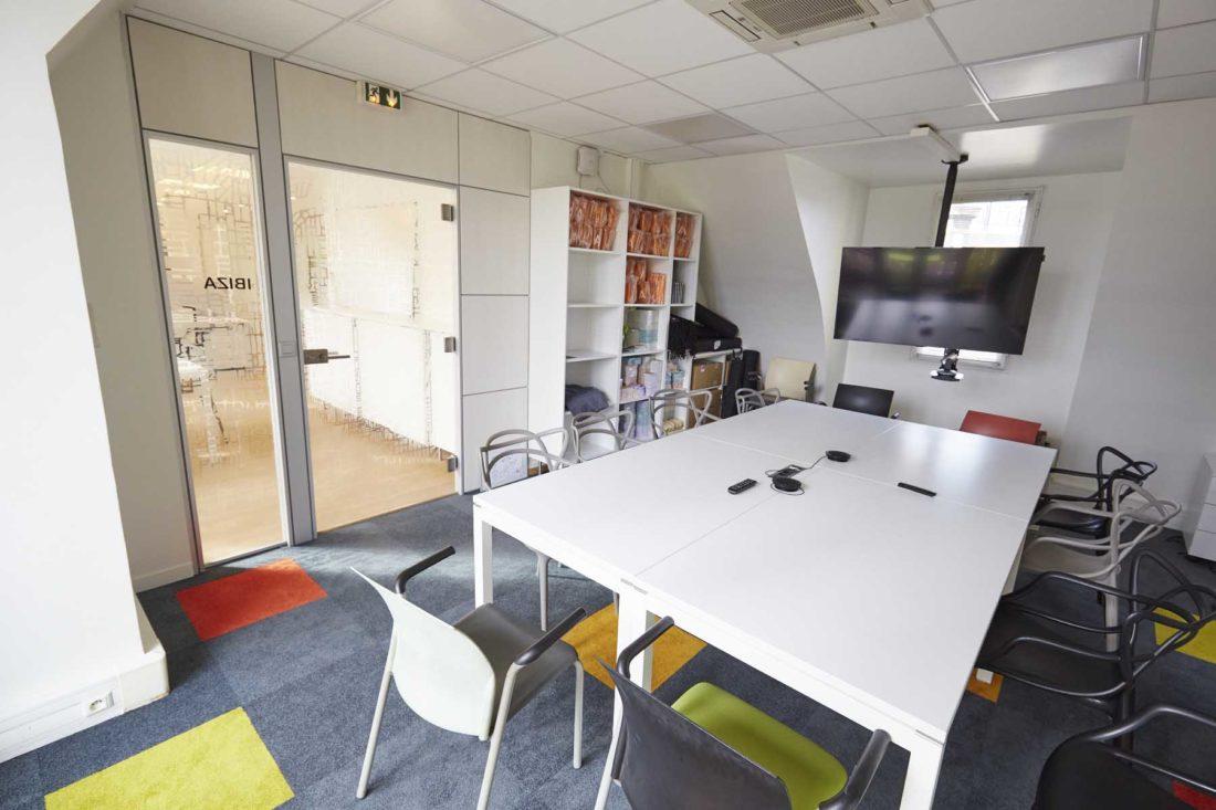 Vue-intérieure-de-la-salle-de-réunion-Ibiza-chez-Aquent-France