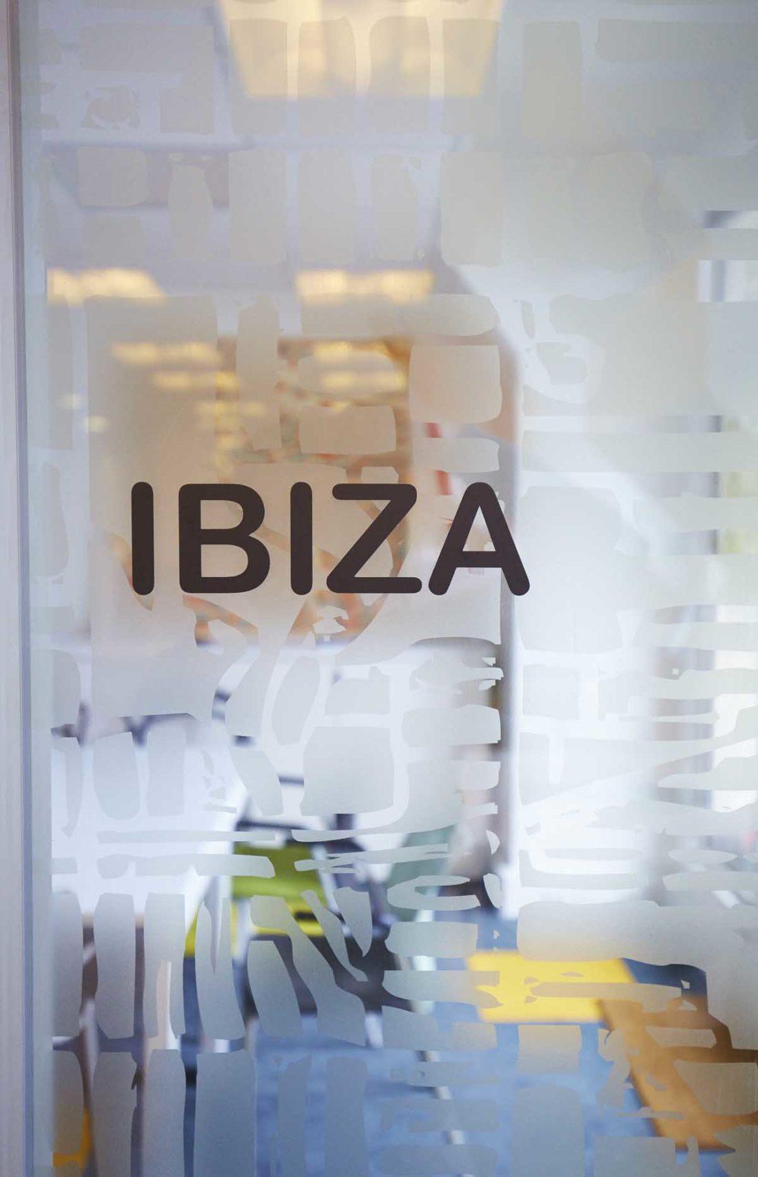 Signalétique-de-la-salle-de-réunion-Ibiza-chez-Aquent
