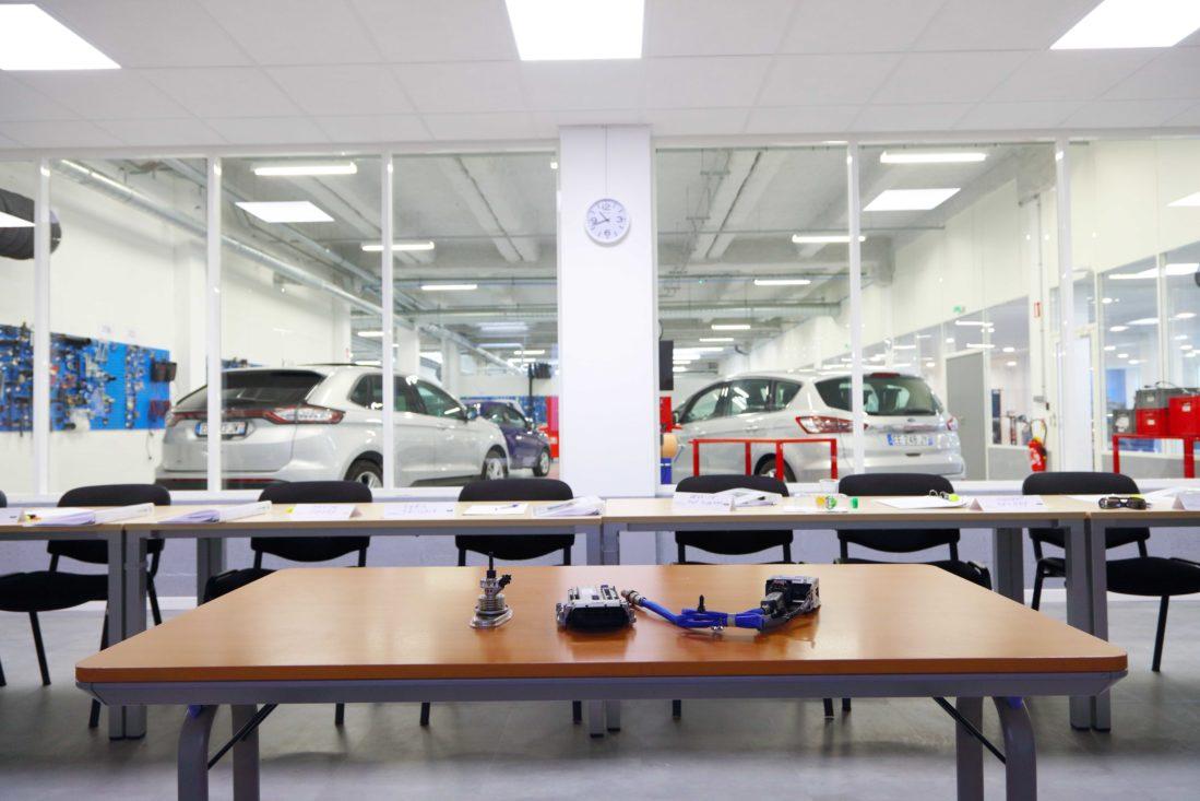 Vue sur l'atelier attenant d'une salle de formation du Centre de Formation Technique Msx International pour Ford France.